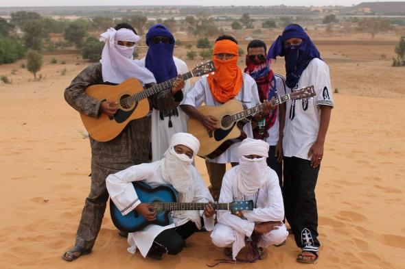 SESSIONS ACOUSTIQUES CAPTÉ À NIAMEY AU NIGER Toumast signifie le peuple, la nation en Tamasheq. Les Sessions Acoustiques sont avant tout des moments privilégiés partagés avec des artistes musiciens rencontrés lors de nos différents voyages .